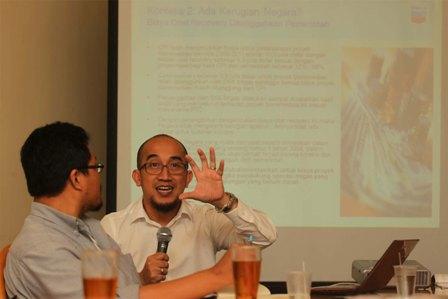 Dony Indrawan (kemeja putih) saat memberikan penjelasan tentang kasus bioremediasi dalam sebuah diskusi.