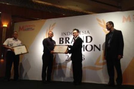 """Antonius Adi (kedua dari kiri) saat mewakili PLN menerima 2 Penghargaan Emas """"Indonesia Brand Champion 2013""""."""