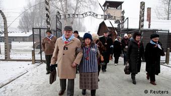 Preživjele žrtve koncentracijskog logora u pratnji svojih najbližih