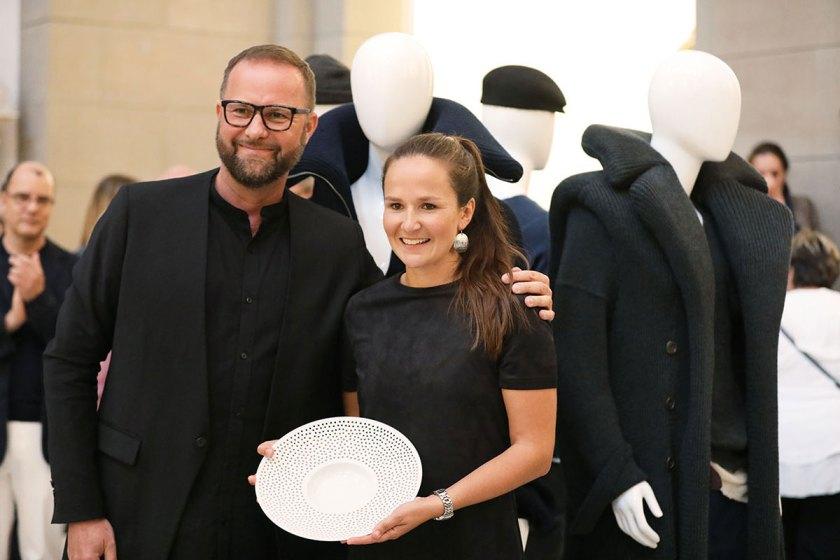 Hannah Kliewer, 1. Preis Studierende European Fashion Award FASH 2017 (rechts) mit Thomas Steinbrück, Creative Director Reebok und Jurymitglied (links) Foto: ©Bernhard Ludewig / SDBI