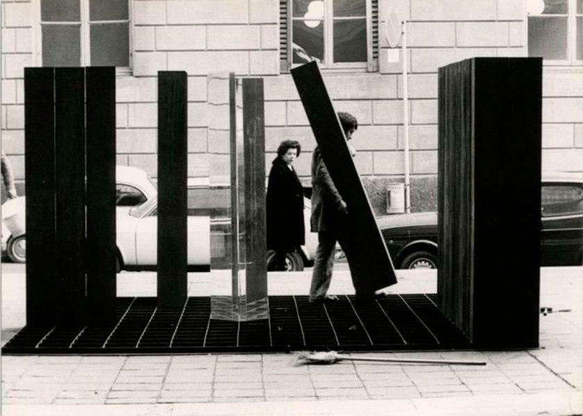 Amalia Del Ponte, Storia di uno (installation view), 1972, progetto site specific per Scultura nella strada alla Libreria Einaudi. Photo Arno Hammacher