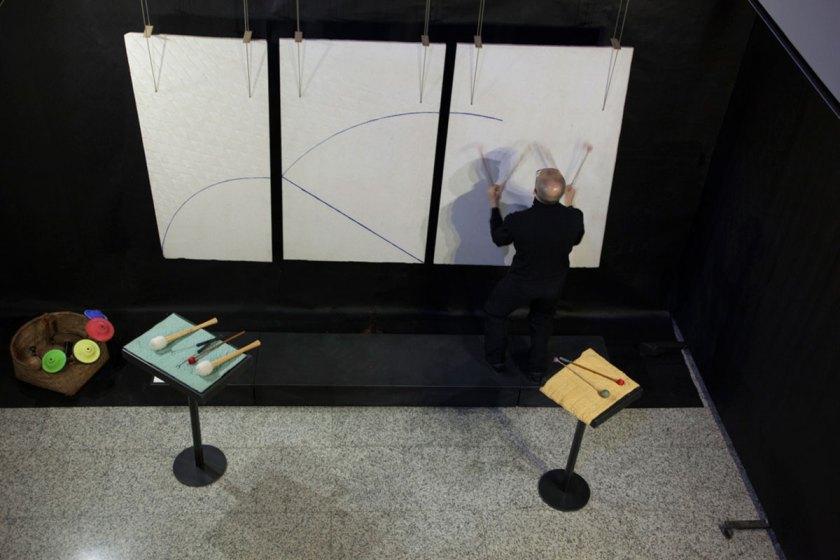 Amalia Del Ponte. Onde lunghe e brevissime. Performance di Elio Marchesini su Aria della freccia (1995). Studio Museo Francesco Messina, Milano 2017. Photo Emiliano Biondelli