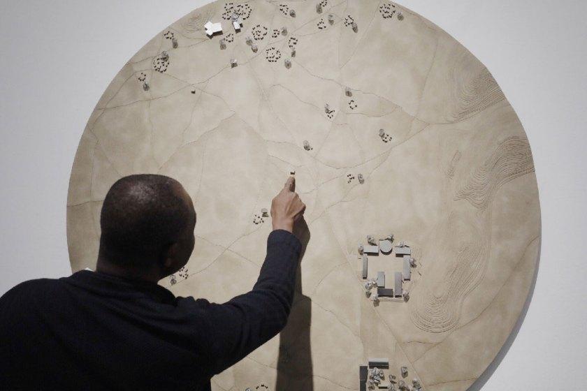 Francis Kéré habla sobre la exposición. Foto: Julio César González