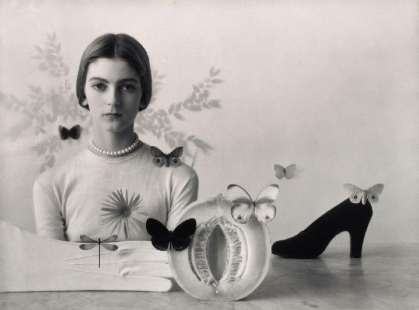 Chica con frutas, zapatos y mariposas , Nueva York, 1946 Gelatina de plata © Condé Nast