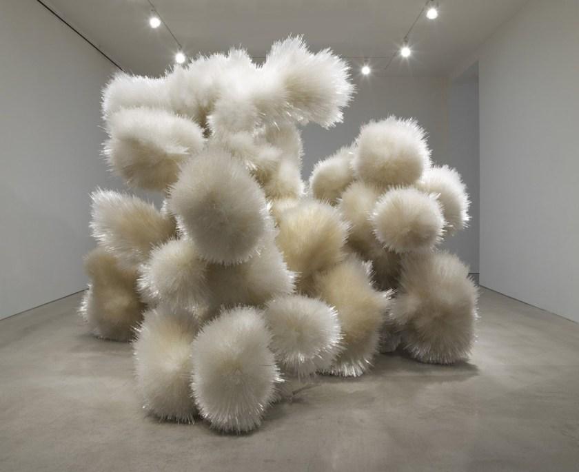 """Tara Donovan, Sin título , 2014, acrílico y adhesivo, 10 '1/2 """"x 14' 2"""" x 12 '10-3 / 4 """"(306,1 cm x 431,8 cm x 393,1 cm) © Tara Donovan"""
