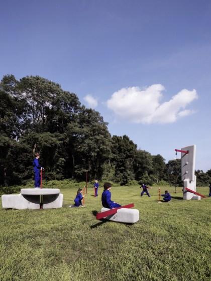 Rayson Play-Lab. Una colección de volúmenes de hormigón instalados al aire libre. Diseño: Matter Design. Brandon Clifford y Johanna Lobdell