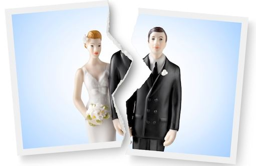 wedding cake figurines split apart signifying divorce