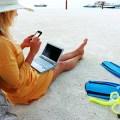 Mujer Conectada En Vacaciones