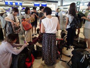 成田空港でグループチェックイン