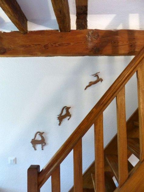 Décoration d'escalier en bois Impalas chez Blue Baobab par Anne-Emmanuelle Maire
