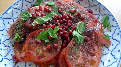 Tomato salad with sumac: it disappears in an instant.