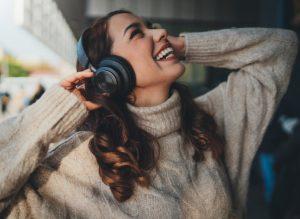 γυναίκα φοράει ακουστικά και ακούει μουσική