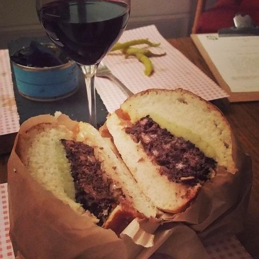 burger au boudin noir le pas sage bar à vin paris