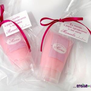 Bisnaga com loção hidratante + tag personalizada | embaladas em saquinho celofane com lacinho em fita de cetim | Lembrança nascimento Manuela