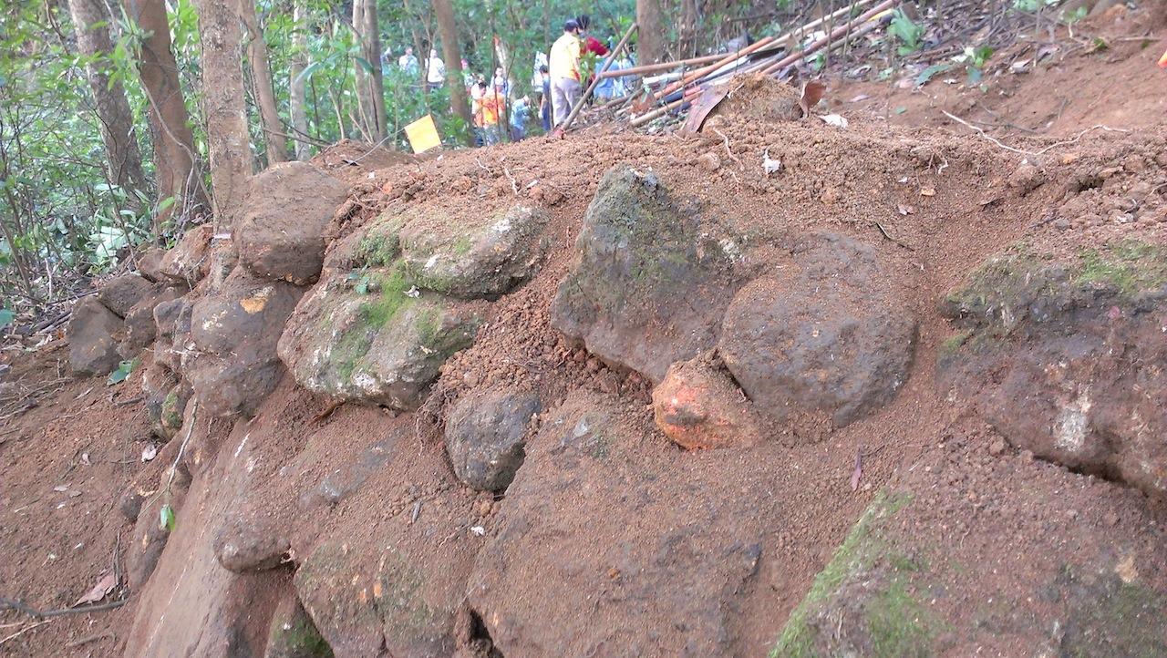以大石块做基底,上面置较小石块.