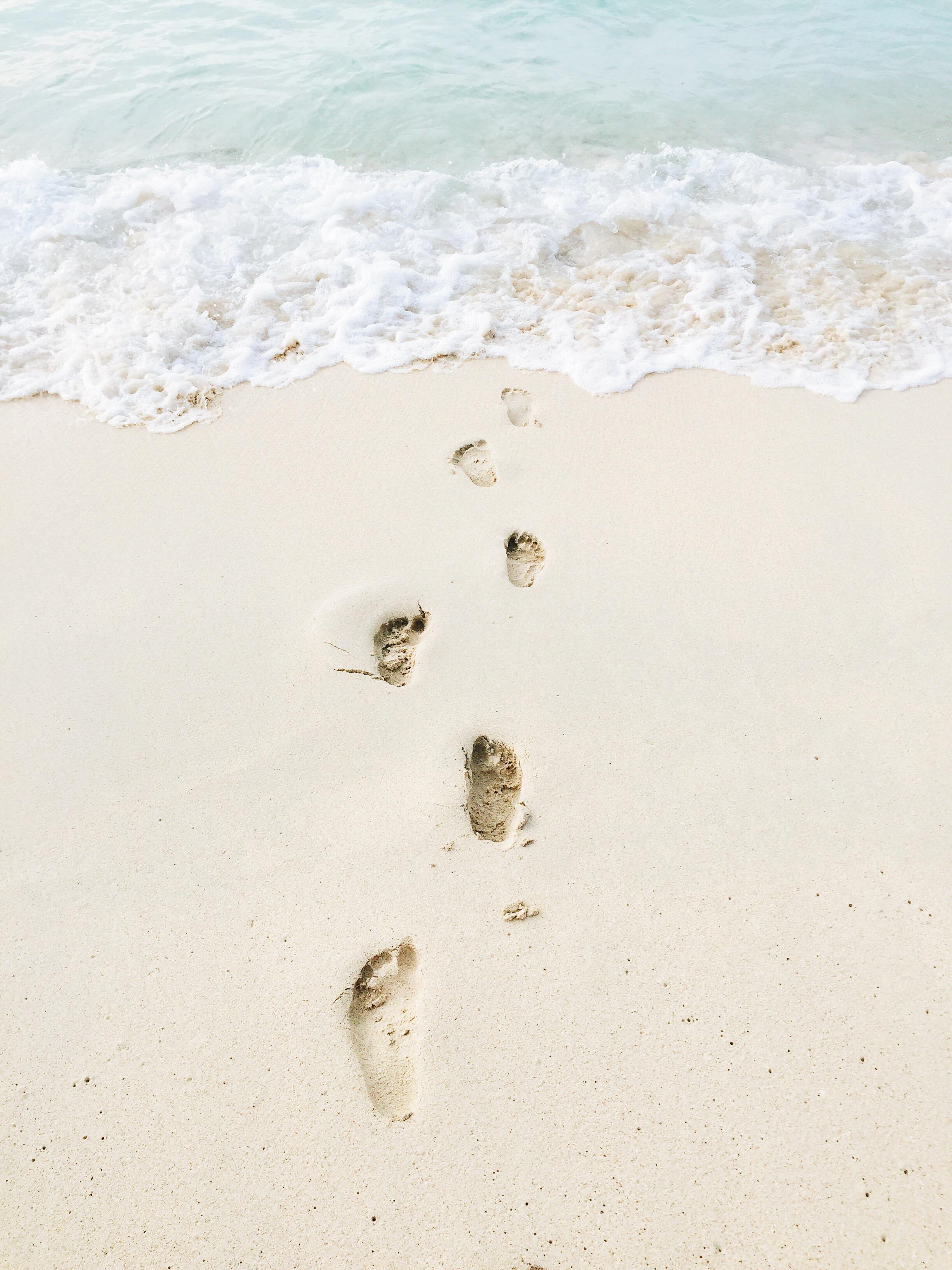 Beach Inspo | Dream Vacation | Hawaii Dreamin' | Photography Inspiration | Photo Inspo | Footprints in the Sand | via @elanaloo on Instagram + elanaloo.com