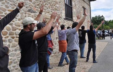 Mineros esperando a la llegada de autoridades políticas en foto de archivo
