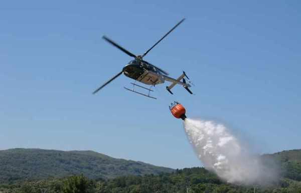 Imagen de archivo de un helicóptero en plena extinción de un incendio.