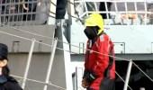 El detenido en el momento en el que desembarcó, ya con las esposas, en Las Palmas en noviembre de 2013