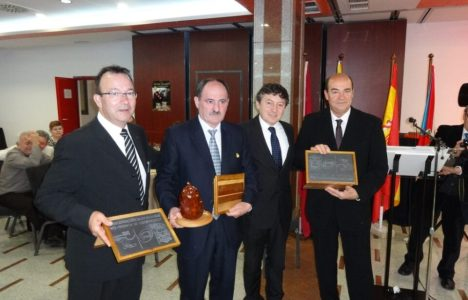 Folgueral, junto a los alcaldes de Castropodame y Polinyá y el presidente de Asobecat