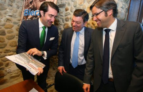 Juan Carlos Suárez Quiñones (I), y Emilio Orejas(D), durante el foro de Bierzo7 con motivo de su XXX aniversario