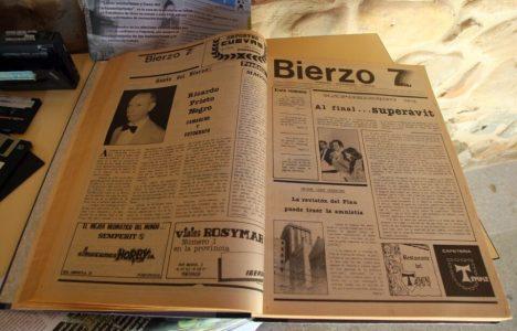Ejemplar del semanario Bierzo 7 dentro de la exposición organizada con motivo de su XXX aniversario