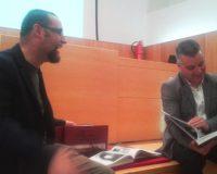 """Manuel Blanco, autor del libro, y Santiago Macías, edil de Cultura, durante la presentación de """"Ponferrada en fotogramas""""."""