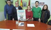 El alcalde y la concejala de Fiestas muestran el cartel acompañados de otros ediles y técnicos