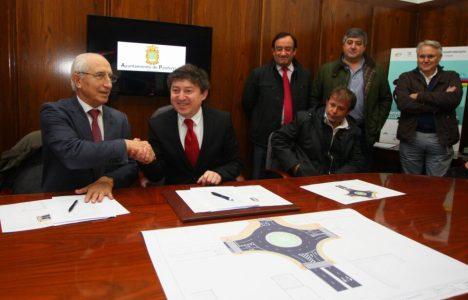 Empresarios del Ponferrada y el alcalde en la firma del convenio (C.Sánchez)