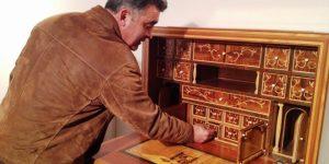 El artesano berciano muestra uno de los trabajos