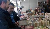 Rafael Moral y Santiago Macías ojean un ejemplar en la Feria del Libro Antiguo y de Ocasión