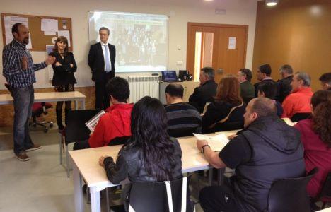 Imagen de la entrega de los diplomas a los alumnos que han finalizado con éxito el taller