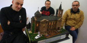 Los modelistas Óscar Tahoces (I), Lorenzo Santano (C), y César González, autores entre otros del diorama 'El Quinto Mandamiento' (C. Sánchez/Ical)