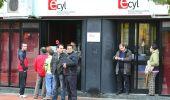 Varias personas hacen cola ante las oficinas del ECYL en Ponferrada (César Sánchez)