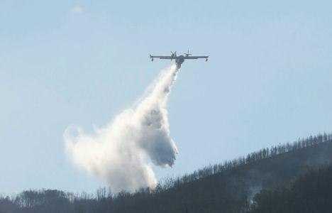 Los medios aéreos siguen refrescando el terreno (C. Sánchez / Ical)