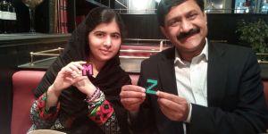 Malala junto a su padre, mostrando algunos regalos realizados por los alumnos del colegio Virgen de la Peña de Bembibre
