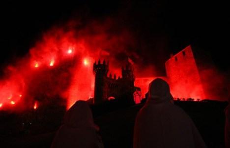 La pirotecnia envolvió el castillo en llamas a la llegada de las reliquias sagradas (C. Sánchez/Ical)