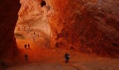Turistas visitando los rincones de las  mina romana