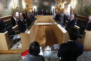 Pedro Muñoz a la izquierda, minutos antes del inicio del pleno (Ical)