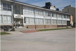 Entrada principal del colegio Virgen de la Peña de Bembibre. / EBD