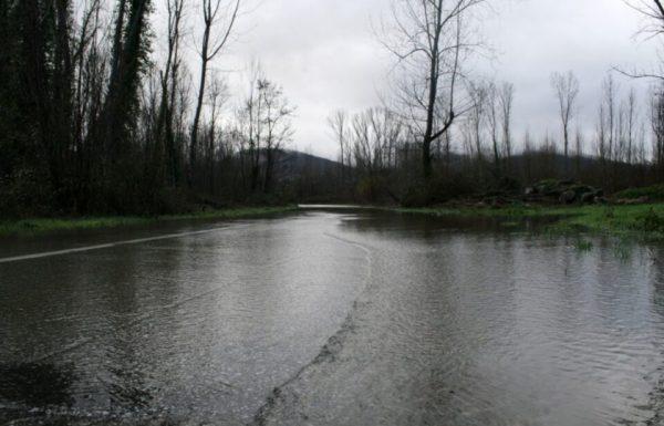 La carretera de acceso a la localidad de Toral de Merayo (León), perteneciente al municipio de Ponferrada, cortada por las inundaciones causadas por las últimas lluvias (César Sánchez)