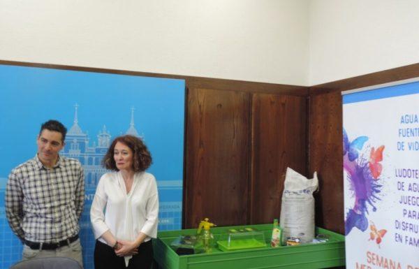 El concejal de Medio Ambiente y la alcaldesa durante la presentación de las actividades