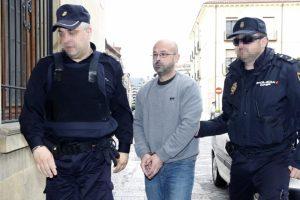 El acusado llega a la Audiencia desde la cárcel, escoltado por la Policía (Carlos S. Campillo)