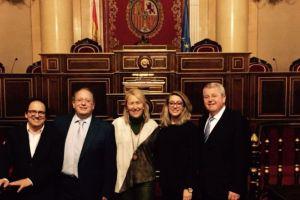 Todos los parlamentarios populares repiten menos Manuel Cobo. En la foto, durante la recogida de sus credenciales la última legislatura