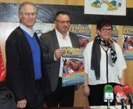 El alcalde de Camponaraya, Eduardo Morán, la concejala de Ferias, Amparo Valtuille, y el agente de desarrollo local, Miguel Ángel Álvarez, durante la presentación de la XX Feria del Caballo.