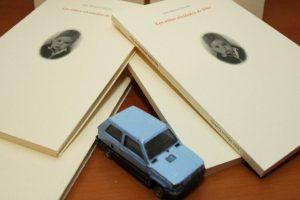 El libro 'Los niños olvidados de Dios', de Juan Manuel Garrido, abuelo del niño berciano Yeray Garrido, fallecido de cáncer en el año 2015, junto a uno de sus coches de juguete. (Foto: César Sánchez)