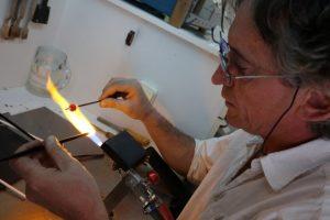 El artesano del vidrio, Rogelio Pacios, en su taller de Ponferrada. / C. Sánchez