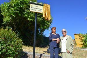 La mujer y una de las hijas de Sira fueron las encargadas de destapar la placa del nombre de la plaza. / QUINITO
