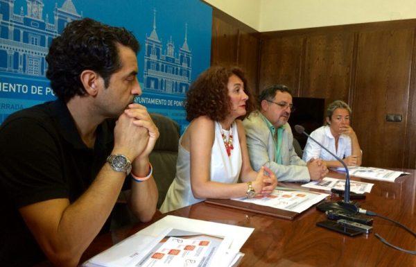 La alcaldesa presentó el banco de locales junto a dos técnicos municipales y el concejal de Comercio (2D). / EBD