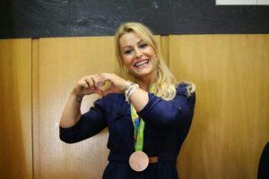 Imagen del reconocimiento que Camponaraya hizo a la halteroberciana a su vuelta de los Juegos de Río. / QUINITO